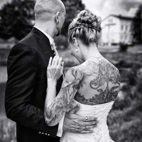 hochzeitfoto---gothic---dark---tattoo---schwarzweiß---mike-bielski