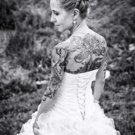 hochzeitsportrait-gothic---tattoo---schwarzweiss---mike-bielski