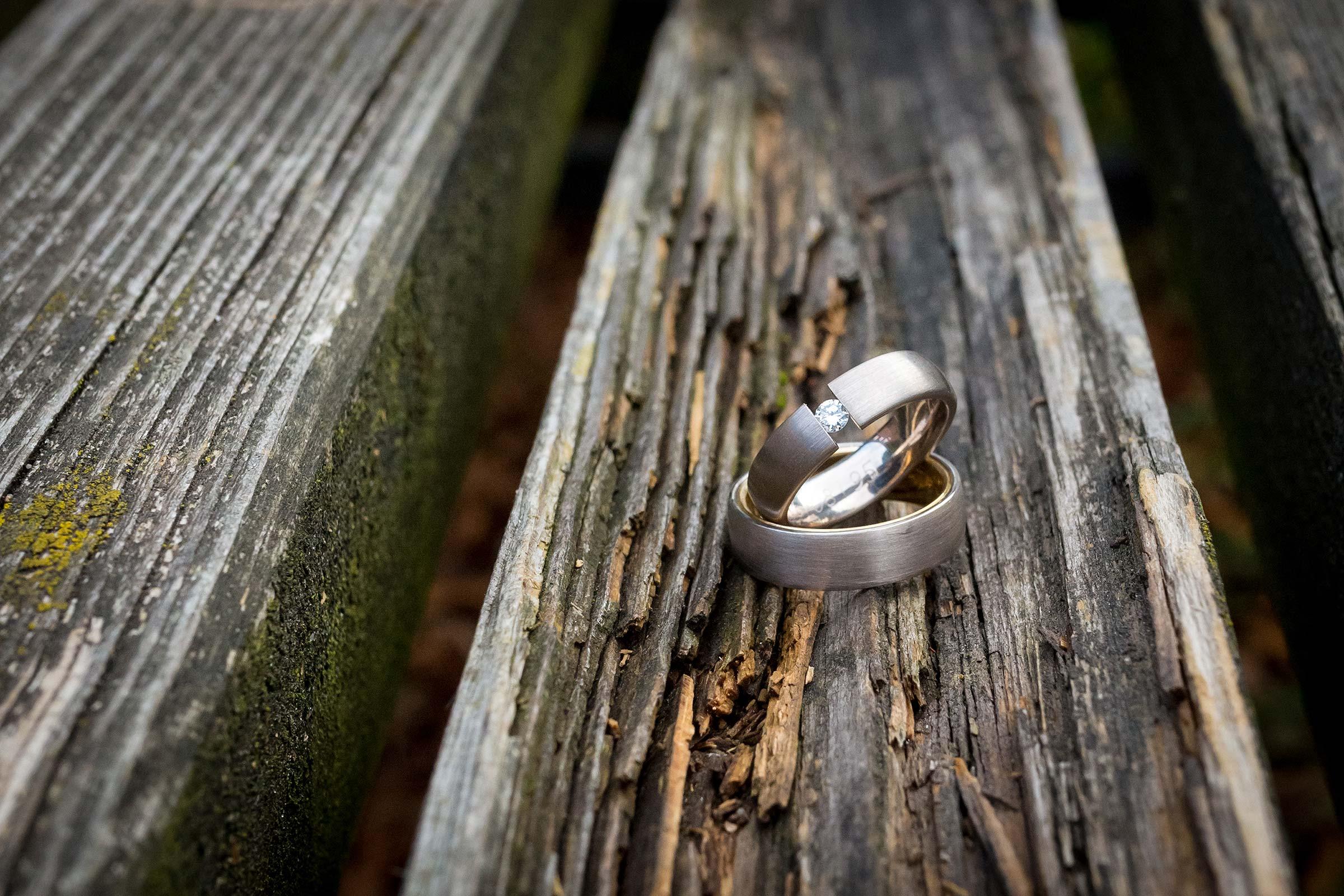 Hochzeitsringe auf altem Holz