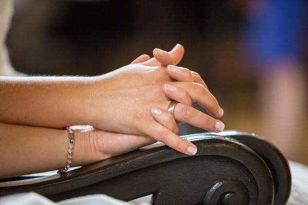 lesbisches Paar hält sich die Hände bei der Trauung
