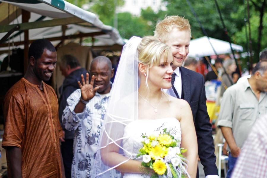 Hochzeitsfotos ungewöhnlich Flohmarkt - Standesamt Schöneberg - kreative Hochzeit - Mike Bielski