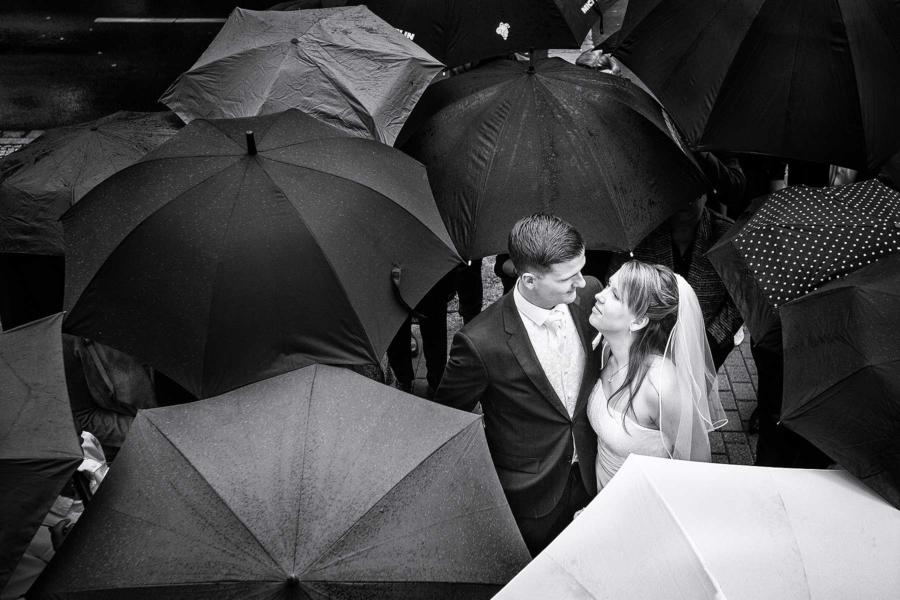 Hochzeit schlechtes Wetter Regen Regenschirm - Mike Bielski
