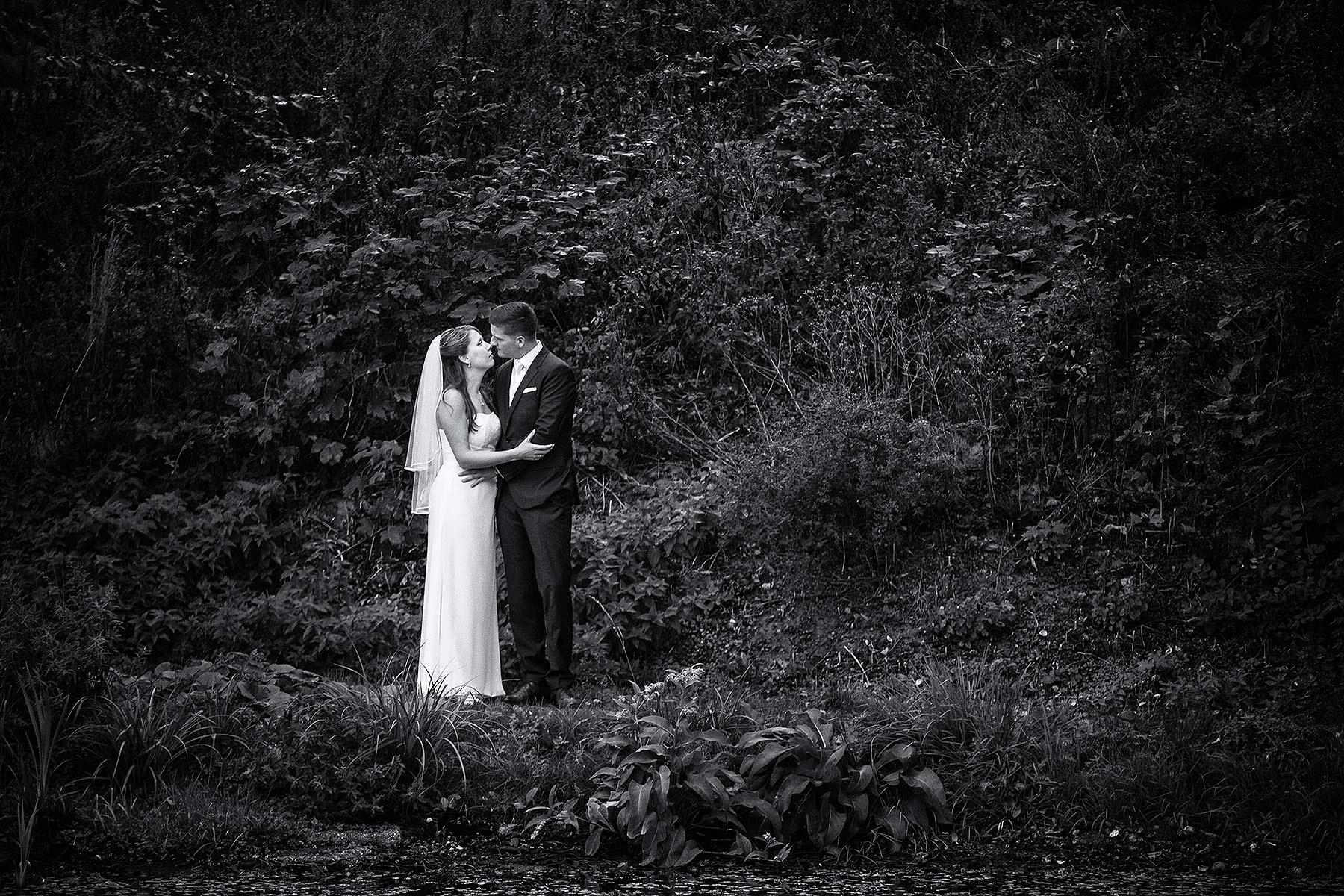 Hochzeitsfotos müssen nicht immer hell und freundlich sein. Schwarzweiß. Dunkel. Melancholisch. Fotograf Mike Bielski