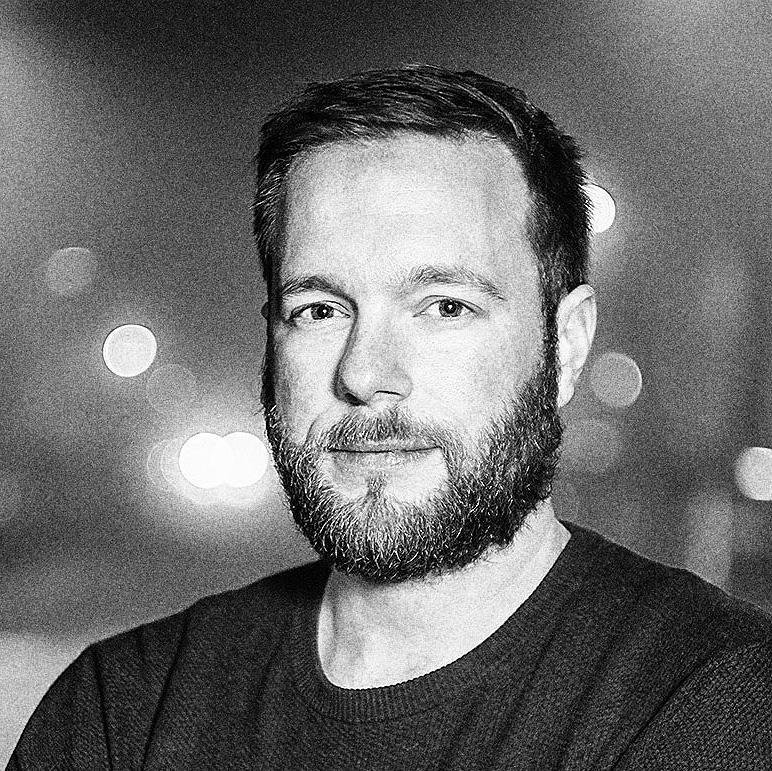Portraitfoto von Mike Bielski in schwarzweiß - fotografiert von Henning Hattendorf